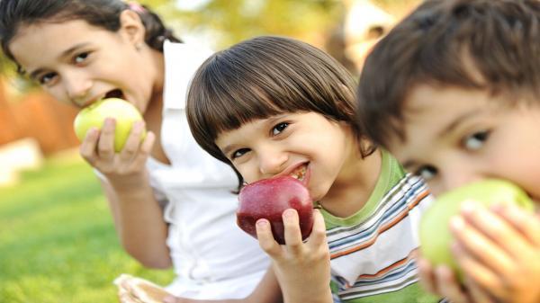فرزندتان میوه مصرف نمی کند؟ این راه چاره را بخوانید